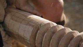 Close-up van de timmermans` s handen met de beitel stock video