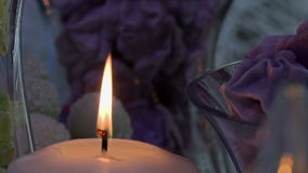 Close-up van de vlam van de kaars op dessertsachtergrond stock videobeelden