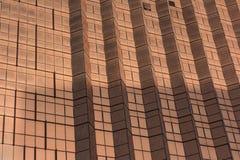 Close-up van de voorgevel van een moderne wolkenkrabber Moderne architectuurachtergrond Royalty-vrije Stock Foto
