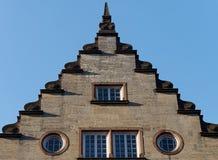 Close-up van de voorgevel van een mooi de 18de eeuw Europees gebouw stock fotografie