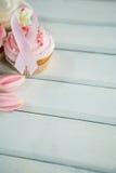 Close-up van de Voorlichtings roze linten van Borstkanker op cupcakes met tulpen Stock Foto's