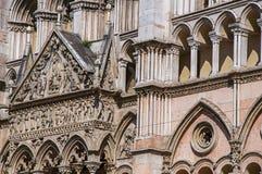 Close-up van de voorvoorgevel van Ferrara Kathedraal royalty-vrije stock foto's