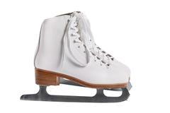 Close-up van de vrouwelijke schaatsen van de handholding in openlucht met sneeuw en ijs op de achtergrond stock afbeelding
