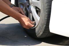 Close-up van de werkende en pompende lucht van de autowerktuigkundige in autowiel in de autoreparatiedienst stock foto's