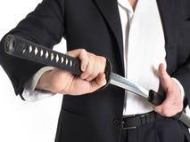 Close-up van de Witte Achtergrond van Zakenmanremoving sword over Stock Afbeelding