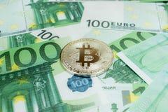 Close-up van de zilveren muntstukken van Bitcoin op 100 Euro bankbiljetten Crypto munt BTC stock afbeelding