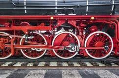 Close-up van de zwarte trein van de erfenisstoom op spoorwegsporen met rode wielen en transmissiemotor royalty-vrije stock fotografie