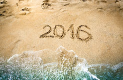Close-up van 2016 die cijfers op nat zand bij kust worden geschreven Royalty-vrije Stock Fotografie
