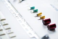 Close-up van diverse condensatoren op witte achtergrond Stock Afbeelding