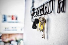 Close-up van diverse sleutels die op haak hangen royalty-vrije stock fotografie