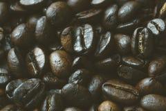 Close-up van donkere geroosterde koffiebonen voor achtergrond of textuur Royalty-vrije Stock Afbeeldingen