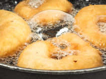 Close-up van donuts die in kokende olie koken Royalty-vrije Stock Afbeelding