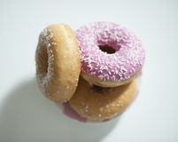 Close-up van donuts op teller Stock Foto's