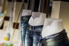 Close-up van drie halve modellen van de lichaamsvrouw in jeans met gescheurde magen royalty-vrije stock afbeeldingen