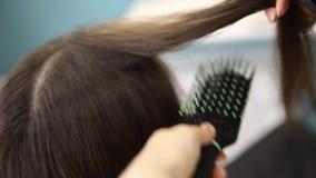 Close-up van droogkap, de salon van de conceptenbesnoeiing, vrouwelijke stilist stock footage