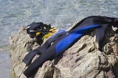 Close-up van duikuitrusting op een rots Stock Foto