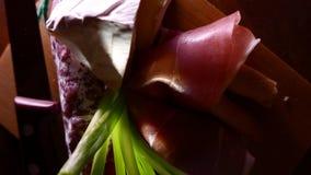 Close-up van dunne plakken van varkensvleesham op de schotel met kaas en greens 4k UHD stock video