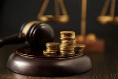 Close-up van een Achtergrond van Person Hand Stacking Coins In Front Of Mallet Over Gray stock afbeelding