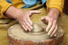Close-up van een artisanale hand die een kruik klei op een ambachtcirkel maken stock afbeelding