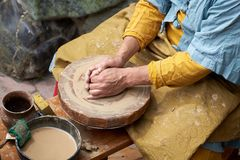 Close-up van een artisanale hand die een kruik klei op een ambachtcirkel maken stock fotografie