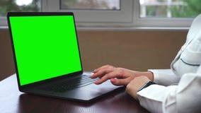 Close-up van een Arts Working op Laptop met het Groene Scherm wordt geschoten dat De wetenschapper gebruikt laptop met de groene  stock footage