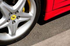 Close-up van een autoband met Ferrari-embleemontwerp/merknaam bij royalty-vrije stock fotografie