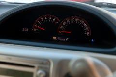 Close-up van een autodashboard backlit met een tachometer en snelheidsmeter die brandstof op niveau wijzen en motorsnelheid en sn royalty-vrije stock foto's