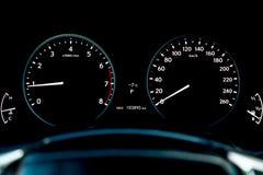 Close-up van een autodashboard met een tachometer en snelheidsmeter die brandstof op niveau wijzen en motorsnelheid en snelheid e royalty-vrije stock foto