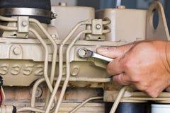 Close-up van een autowerktuigkundige die aan een Generatormacht werken Royalty-vrije Stock Afbeelding