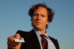 Close-up van een bedrijfsmens die zijn adreskaartje overhandigt Royalty-vrije Stock Foto's