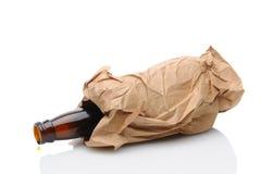 De Fles van het bier in Bruine Zak stock fotografie