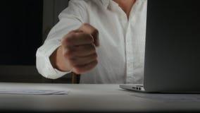 Close-up van een boze zakenman die zijn vuist op de Desktop slaan Mislukking in zaken, manifestatie van agressie bij stock video