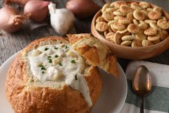 Close-up van een broodkom van New England Clam Chowder royalty-vrije stock foto's