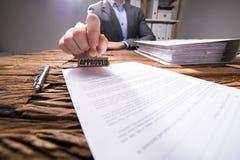 Close-up van een Businessperson Approving Document stock afbeelding