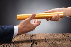 Close-up van een Businessperson Passing Baton stock afbeeldingen