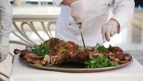 Close-up van een chef-kok` s hoofd door een konijnmes wordt gesneden in groenten die stock footage