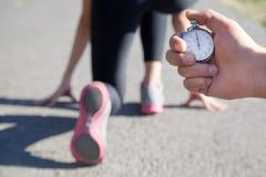 Close-up van een chronometer in hand mensen Royalty-vrije Stock Afbeeldingen