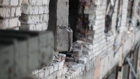 Close-up van een concrete die muur tijdens het vechten wordt vernietigd stock videobeelden