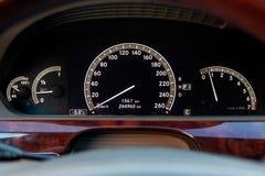 Close-up van een dashboard met elementen van een boom in het ontwerp van een auto met een tachometer en een snelheidsmeter die br stock afbeeldingen