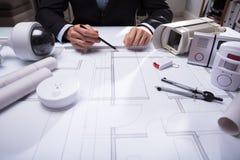 Close-up van een de Tekeningsblauwdruk van de Architecten` s Hand stock foto's