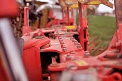 Close-up van een deel van een oude rode landbouwmachine met roest o royalty-vrije stock foto