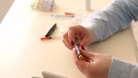 Close-up van een diabeticus die een insulinepatroon in een pen van de insulinespuit vervangen stock videobeelden
