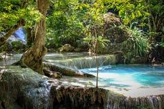 Close-up van een duidelijke pool van water en een korte waterval in het Nationale Park van Erawan royalty-vrije stock foto's