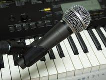 Close-up van een dynamische vocale microfoon en een digitaal toetsenbord royalty-vrije stock fotografie