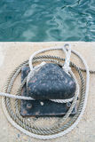 Close-up van een een meertrosmeerpaal en kabel stock foto's