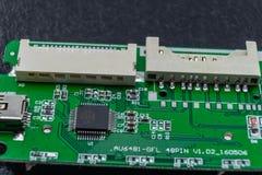 Close-up van een elektronische component, de binnenwerkingen van een kaartlezer voor de computer stock foto's