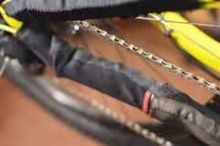 Close-up van een fietsketting na smering in een reparatiewerkplaats van de bergfiets royalty-vrije stock afbeelding