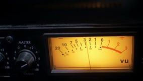 Close-up van een functionerende audiocompressor in een geluidsopnamestudio stock video