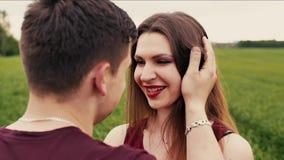 Close-up van een gelukkige mooie vrouw die de haar mens bekijken en hem kussen Aard op achtergrond Langzame mo, Steadicam-schot stock videobeelden