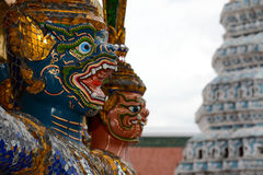 Close-up van een gezicht van het aapstandbeeld bij het historische Grote Paleis in Bangkok, Thailand Stock Foto's